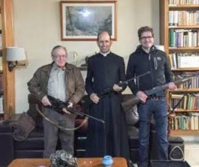 Padre Paulo Ricardo empunha arma ao lado de Olavo de Carvalho (Foto: Reprodução | Redes sociais)