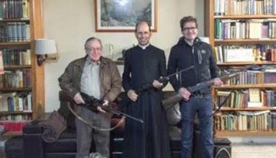 Padre Paulo Ricardo empunha arma ao lado de Olavo de Carvalho (Foto: Reprodução   Redes sociais)